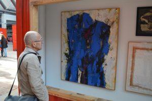 Un visiteur admire La Prison bleue de l'artiste stéphanais Gérard Gosselin.
